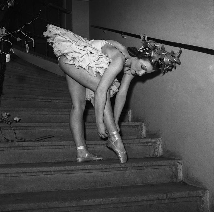 OTÁZKA / Věra Velemanová | Baletky v šatně a v zákulisí, Jarní symfonie, Národní divadlo, 1947, foto Václav Chochola / © Archiv B&M Chochola