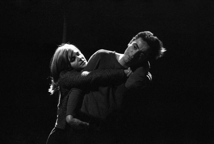 OTÁZKA / Věra Velemanová | Marie Tomášová a Jan Tříska, Kočka na kolejích, Divadlo za branou, 1965, foto Václav Chochola / © Archiv B&M Chochola