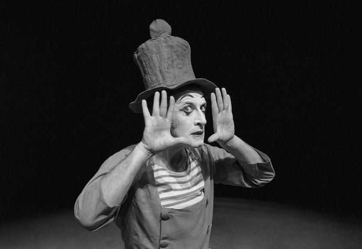 OTÁZKA / Věra Velemanová | Marcel Marceau, Divadlo Na zábradlí, 1967, foto Václav Chochola / © Archiv B&M Chochola
