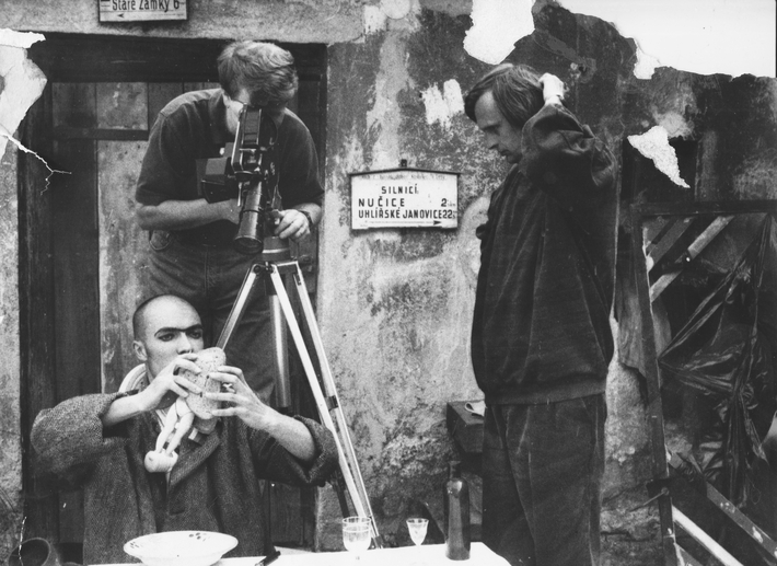 OTÁZKA / Michaela Režová   Natáčení filmu Prostřený stůl (1993), za kamerou Ivan Vít, před kamerou Jakub Zich, dohlíží na to Jiří Barta, foto asi Martin Fišer