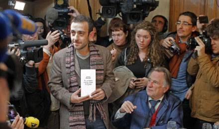 Sezóna cen ve Francii | Jérôme Ferrari a novináři (© Thibault Camus/AP/SIPA, www.lavie.fr)