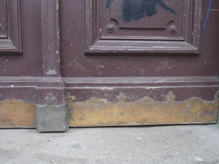 Doba bronzová  | Těžba ozdobných mosazných segmentů na domovních dveřích.