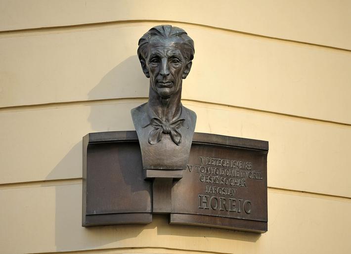 Za sochařem Zdeňkem Preclíkem (20. 1. 1949 – 21. 3. 2021) | Jaroslav Horejc, 1982–1983, bronz, v. 80 cm (výška i s deskou)