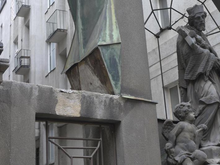 Doba bronzová  | Tam, kde měděné plechy chybí, dochází povětrnostními vlivy k narušení zdiva, v tomto případě památky.