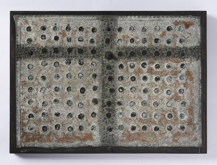 OTÁZKA / Marie Klimešová | Kříž, 1975–1977, železo, zinek, mosaz, dřevo, 30,5 x 42,1 x 2 cm, soukromá sbírka Hamburk, foto Oto Palán