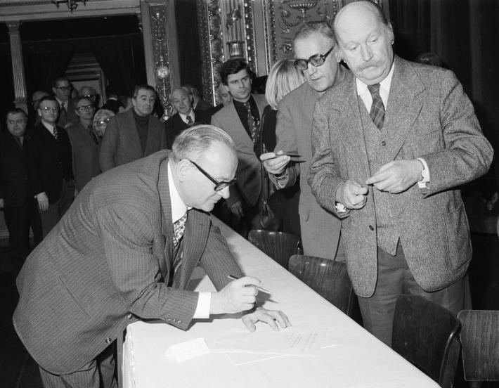 Zásadní umělecký manifest   Účastníci shromáždění podepisují tzv. Antichartu