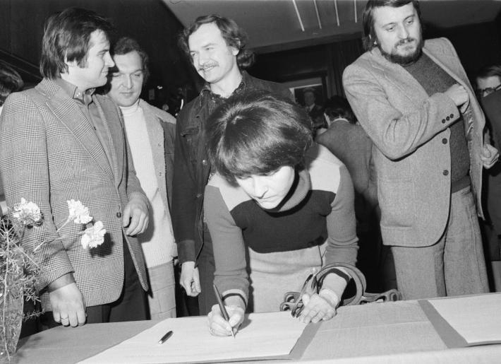 Zásadní umělecký manifest   Pavlína Filipovská při podpisu tzv. Anticharty (foto z knihy Anticharta, Revolver Revue 2002)