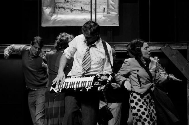 Asanace znamená bořit, nikoli klohnit   Asanace na Zábradlí toporně tančí mezi starými a novými nepořádky (foto Jan Dvořák)