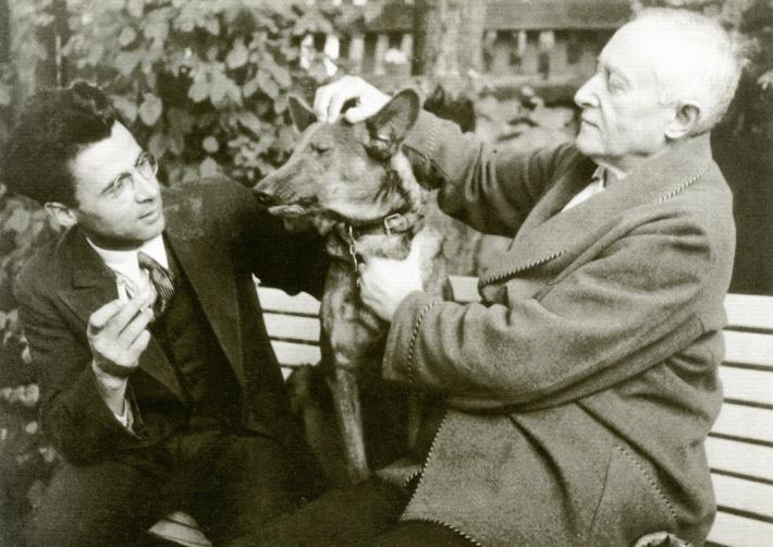 Fučíkovo memento | F. X. Šalda ukazuje B. Fučíkovi svého psa (foto archiv rodiny)