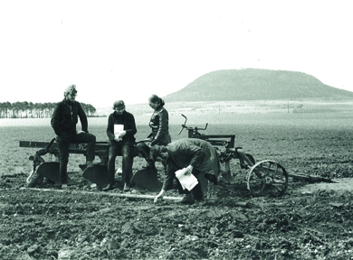 Tato víra je i pozadím roudnické výstavy (rozhovor s Duňou Slavíkovou) | Inventura Řípu 1970, zleva Wilson, Steklík, Plíšková a Nepraš, foto Helena Wilsonová, soukromá sbírka