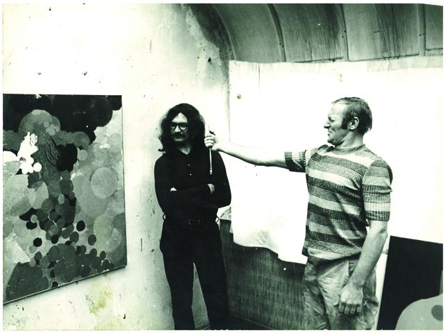 Tato víra je i pozadím roudnické výstavy (rozhovor s Duňou Slavíkovou) | Ivan Jirous a Otakar Slavík před portrétem Ivana Jirouse, 1971