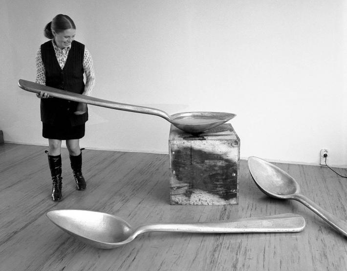Tato víra je i pozadím roudnické výstavy (rozhovor s Duňou Slavíkovou) | Naděžda Plíšková, při instalaci svých děl ve Špálově galerii v roce 1970, foto Jan Ságl, soukromá sbírka