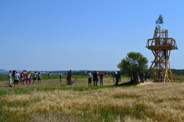 OTÁZKA / Martin RYŠAVÝ | Z natáčení při otevírání Majáku Strupčice, postaveného 15.– 24. 7. 2012 na budoucím pobřeží.
