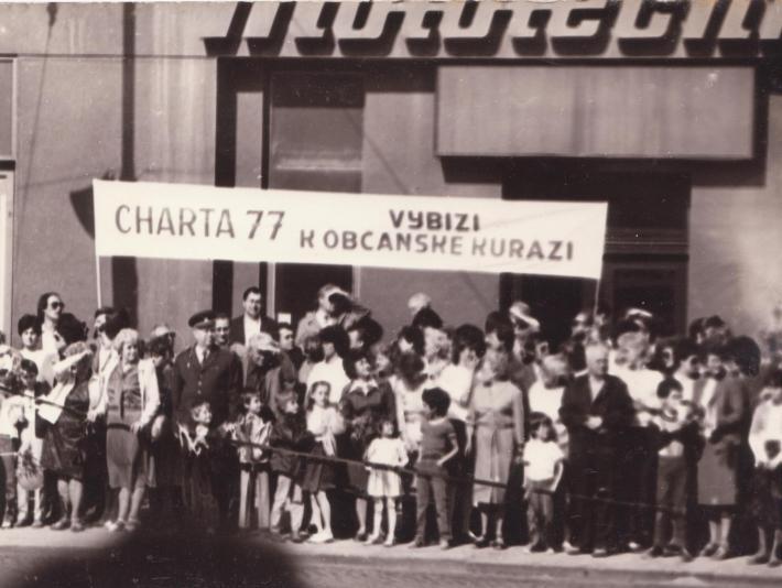 Opožděně k úmrtí Rudolfa Berezy   Rudolf Bereza s Tomášem Hradílkem na 1. máje 1987, foto osobní archiv Rudolfa Berezy a Tomáše Hradílka, sbírka Post Bellum
