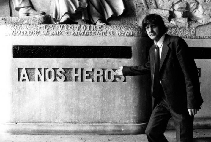 Prokop Voskovec – + 9. února 2011. Dvě vzpomínky – I. Miloslav Žilina  | Prokop Voskovec, před soklem pomníku na Place de la République, 9. 10. 1981, foto Milan Pitlach