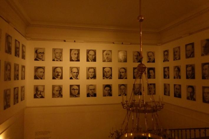 Není výstava jako výstava čili případ Gerhard Richter | 48 portrétů, 1998, výstavní kopie 2017 (Praha)