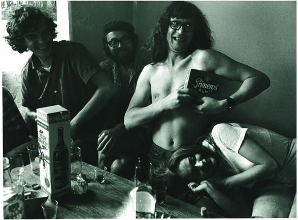 Tato víra je i pozadím roudnické výstavy (rozhovor s Duňou Slavíkovou) | Věra Jirousová a Ivan Jirous, foto z cyklu Lemberk po akci Zorky Ságlové Pocta Fafejtovi, 1970, foto Helena Wilsonová, soukromá sbírka