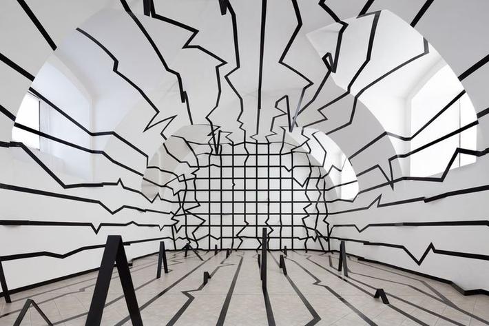 Za Alenou Potůčkovou | Výstava Esther Stocker: Prostor bez hranic, 2013
