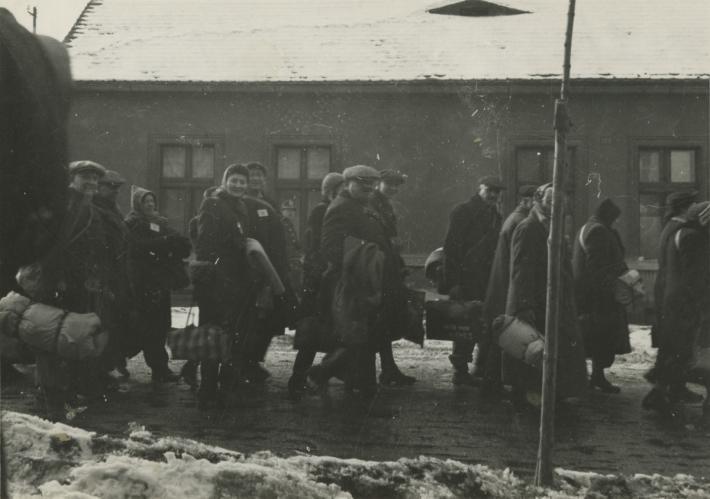Zvláštní zacházení (Terezínský rodinný tábor v Osvětimi-Birkenau a největší masová vražda čs. občanů v noci z 8. na 9. března 1944) | Bohušovice nad Ohří – transport do Terezína, foto archiv Židovského muzea v Praze