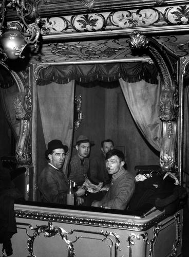 OTÁZKA / Věra Velemanová | Svačina tesařů v lóži, Velká opera 5. května, 1948, foto Václav Chochola / © Archiv B&M Chochola