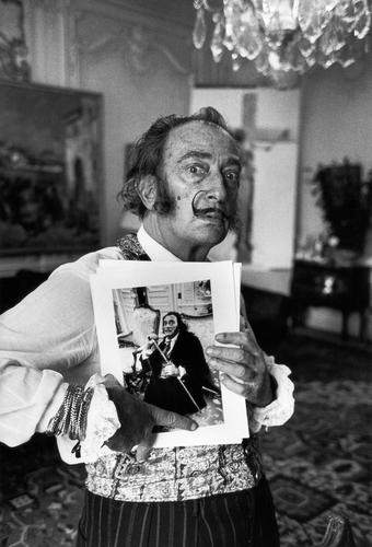 OTÁZKA / Věra Velemanová | Salvador Dalí se svým portrétem od Václava Chocholy, Paříž, 1969, foto Václav Chochola / © Archiv B&M Chochola