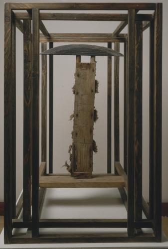 OTÁZKA / Marie Klimešová   Schránka s ploskohlavou postavou, nedatováno (80. léta 20. stol.), dřevo, nitě, železo, mořidlo, 76 x 49,7 x 64,5 cm, soukromá sbírka Vídeň, foto Hana Hamplová