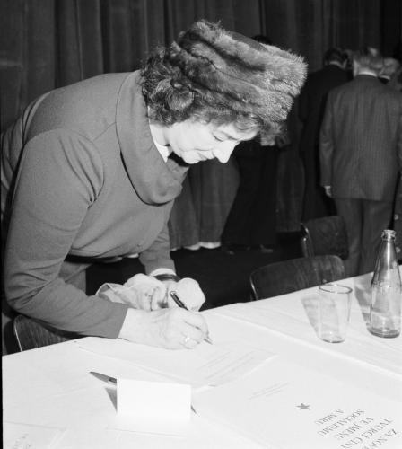 Zásadní umělecký manifest | Národní umělkyně Marie Podvalová při podpisu tzv. Anticharty