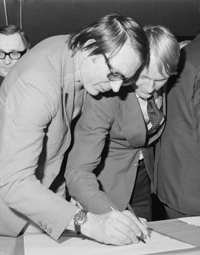 Zásadní umělecký manifest | Miloslav Šimek a Luděk Sobota při podpisu tzv. Anticharty