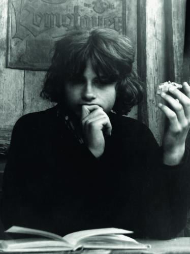 Dva rozhovory v letní Revolver Revue | Filip Topol čte Petroniův Satyrikon, Krakovec, léto 1979, foto Viktor Karlík