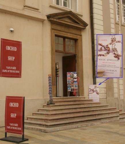 Nový rok se starým pokladem  | Vchod do obchodu se suvenýry vpředsíni kaple sv. Kříže před zahájením oprav.